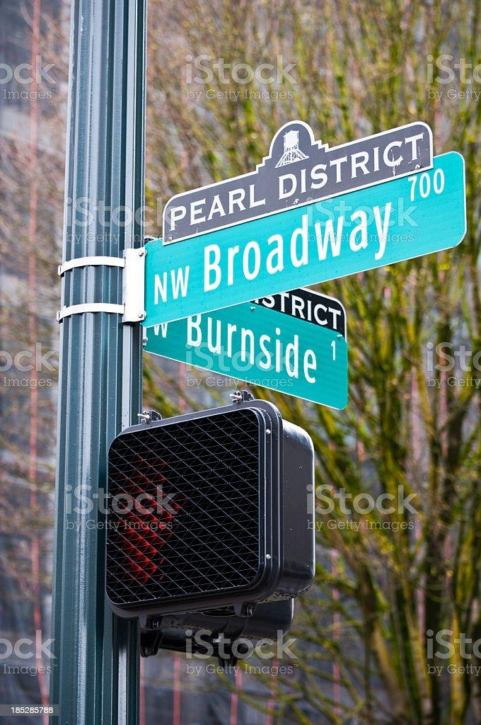 Der Kreuzung von Broadway und Burnside in Portland, Oregon – Foto