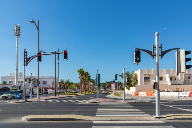 Dubai, Vereinigte Arabische Emirate-12. Dezember 2018: Kreuzung mit Ampel auf einer Stadtstraße – Foto