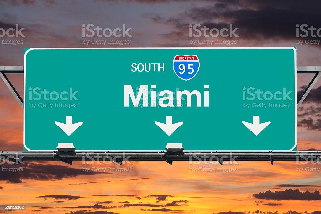 Die Interstate 95 South Richtung Miami Schild mit Sonnenaufgang Sky-Highway – Foto