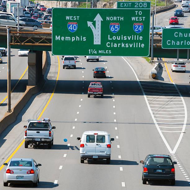 interstate fahren sie auf der i-40 in nashville, tennessee - chevy van stock-fotos und bilder