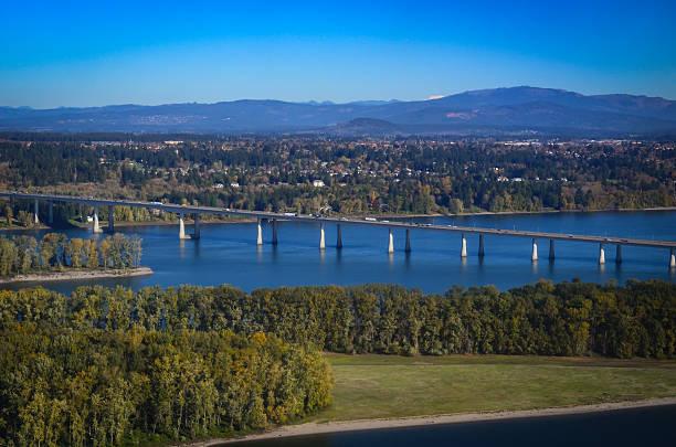 Interstate Highway bridge over the Columbia River - foto de acervo