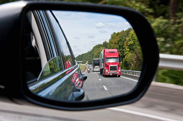 Interstate Verkehr in den Rückspiegel – Foto