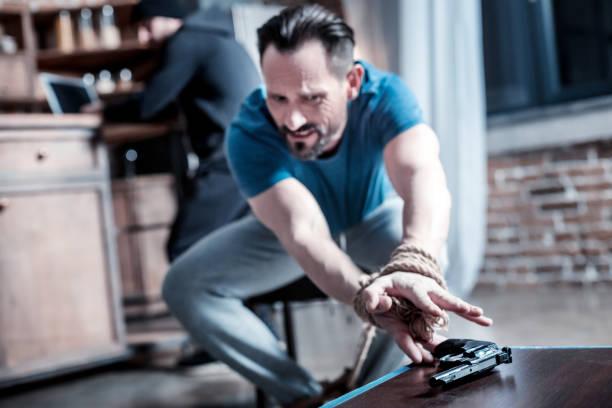Intimida homem tentando alcançar a pistola - foto de acervo