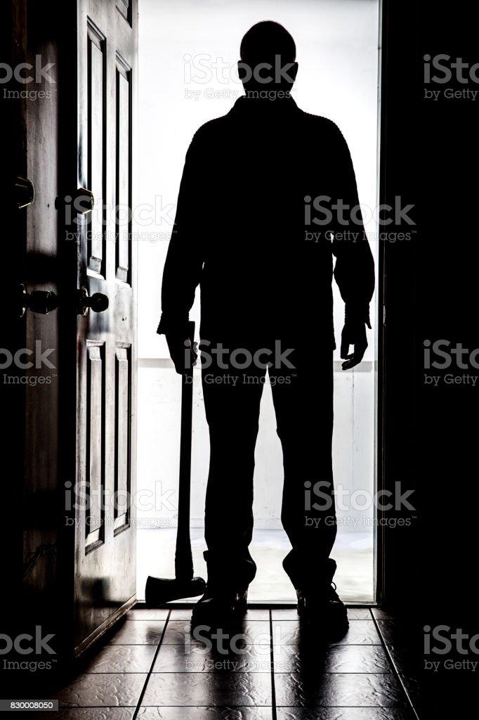 Intruso na porta, em silhueta com Machado - foto de acervo