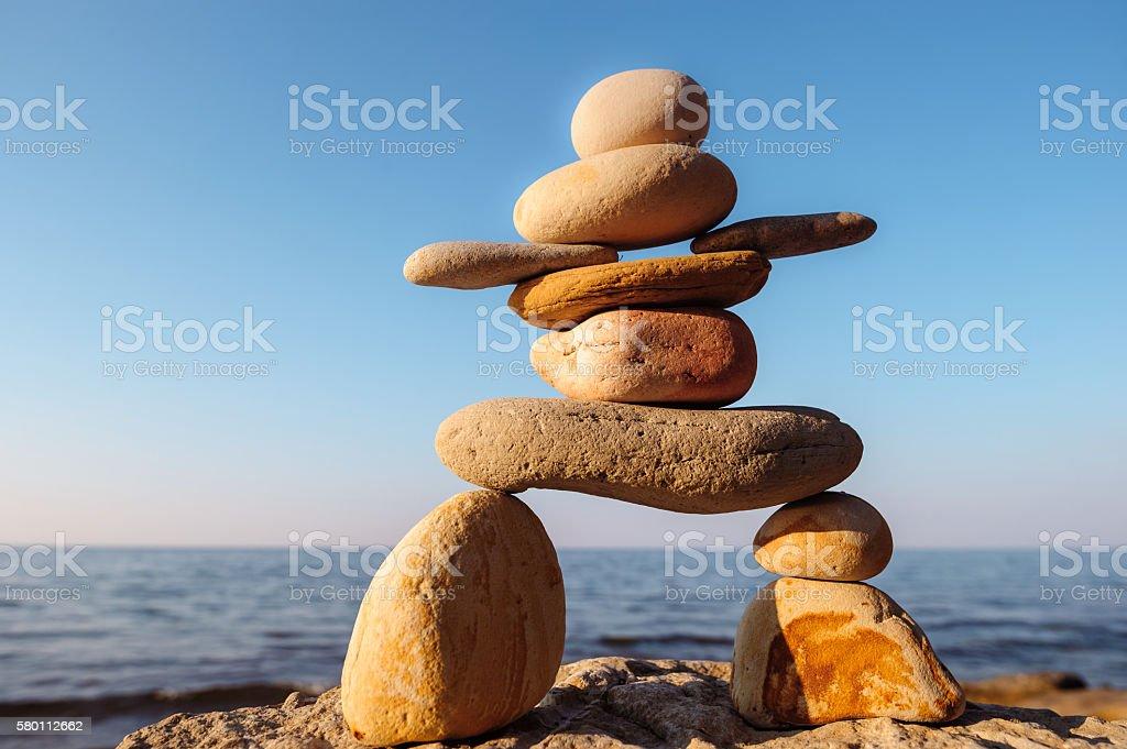 Inuit-Steindenkmal auf Küste – Foto