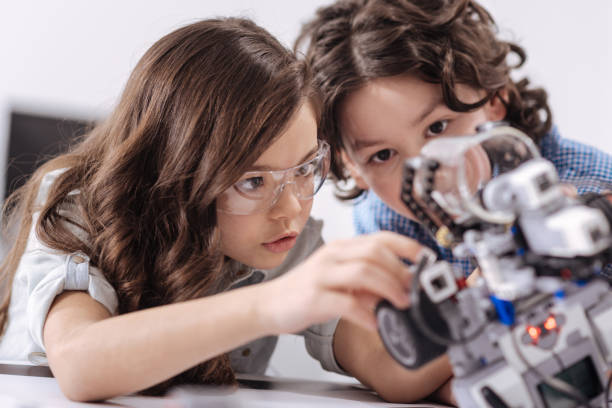 erfinderische kinder genießen wissenschaft lektion in der schule - lernfortschrittskontrolle stock-fotos und bilder