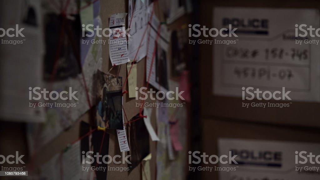 Untersuchung-Board mit angehefteten Fotos, Zeitungen und Notizen, Verbrechensaufklärung – Foto