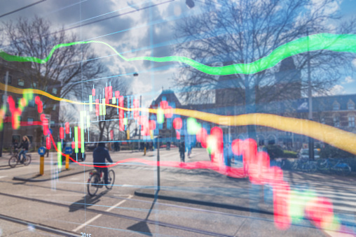 Investeringen Aandelenmarkt Thema Met Panoramisch Uitzicht Over Toeristische En Street Levensstijl Bij Amsterdam Nederland Stockfoto en meer beelden van Accountancy