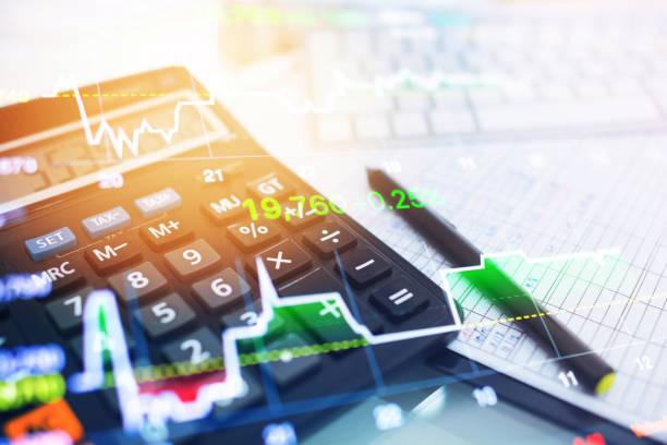 investitionen thema börse und finanzen business analyse aktienmarkt mit digital-tablette - digitale verbesserung stock-fotos und bilder