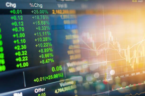 tema investimenti borsa e finanza business analysis borsa con tablet digitale - mercato luogo per il commercio foto e immagini stock