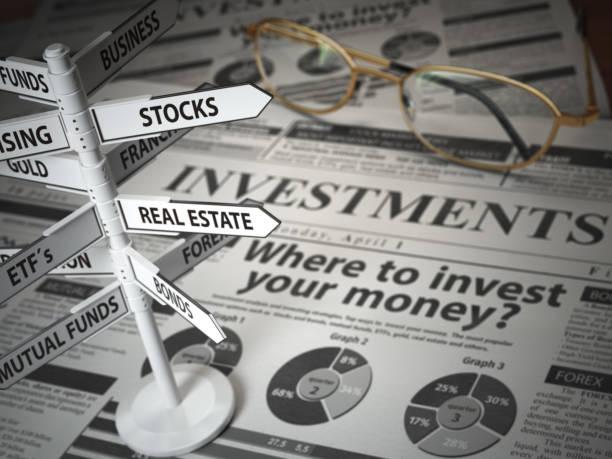 concepto de asignación de activos y investmments. ¿dónde invertir? periódico y dirección firman con opciones de inversión. - inversión fotografías e imágenes de stock