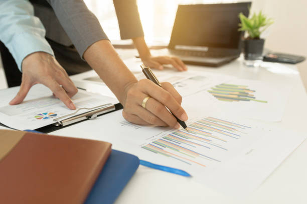 investor-exekutive finanzielle graph plandaten über bürotisch, finanzen, rechnungswesen, investition, treffen zu diskutieren. - lesen arbeitsblätter stock-fotos und bilder