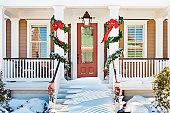 居心地の良いクリスマス前の出入り口、雪のポーチステアズ