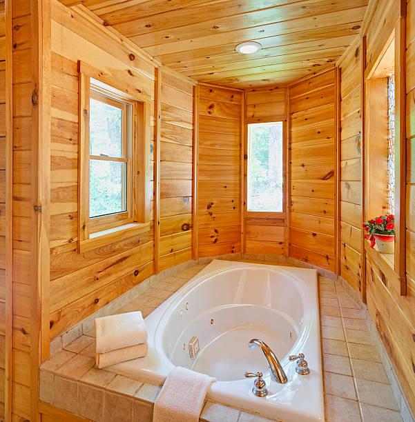 einladenden whirlpool (xxxl - badezimmer rustikal stock-fotos und bilder