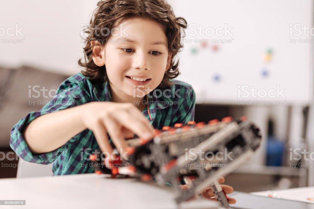 Involucrados niño jugando con el ciber robot en el estudio - Foto de stock de Adulto joven libre de derechos