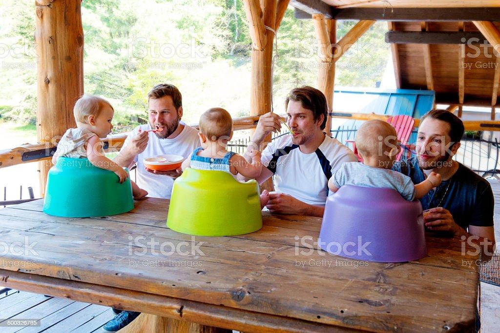 babys seus pais envolvidos alimentação - foto de acervo