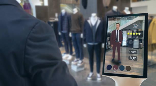 iot smart retail futuristic technology konzept, happy man versuchen, smart display mit virtueller oder augmentierter realität im shop oder einzelhandel zu verwenden, um wählen, tücher kaufen und eine bewertung der produkte - dresses online shop stock-fotos und bilder