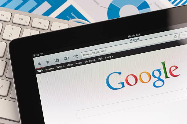 ipad крупный план с google - google стоковые фото и изображения