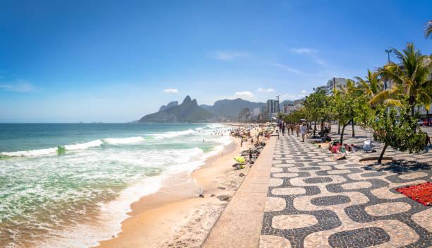 ipanema beach and two brothers (dois irmaos) mountain - rio de janeiro, brazil - rio de janeiro imagens e fotografias de stock
