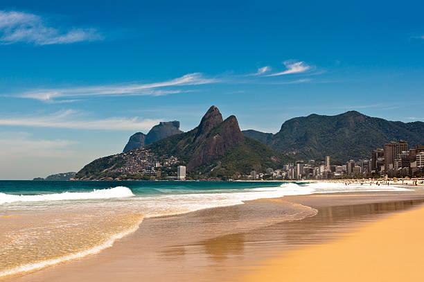 ipanema strand an sonnigen sommertag - rio de janeiro stock-fotos und bilder
