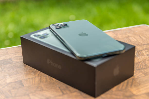 iphone 11 pro max midnight green laying on its box. - iphone zdjęcia i obrazy z banku zdjęć