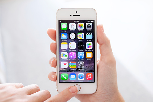 iPhone 5S Gold with IOS 8 in female hands