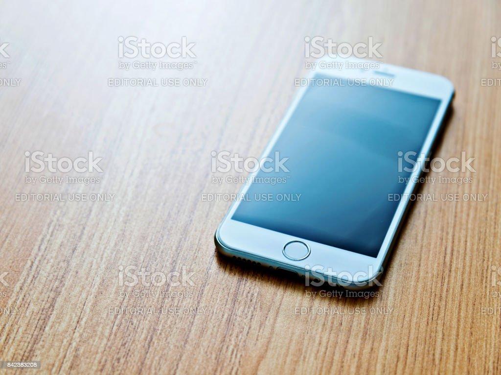c9454245ae1 Clon de iPhone 7 con pantalla en blanco en el escritorio foto de stock  libre de