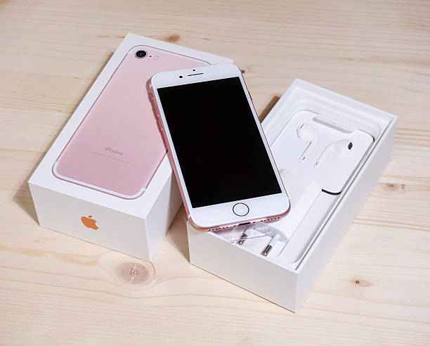 iphone 7 gold pink unboxing - adapter apple stock-fotos und bilder