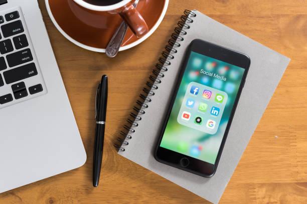 iphone 7 plus jet svart serien visar programikonen för sociala medier - linkedin bildbanksfoton och bilder