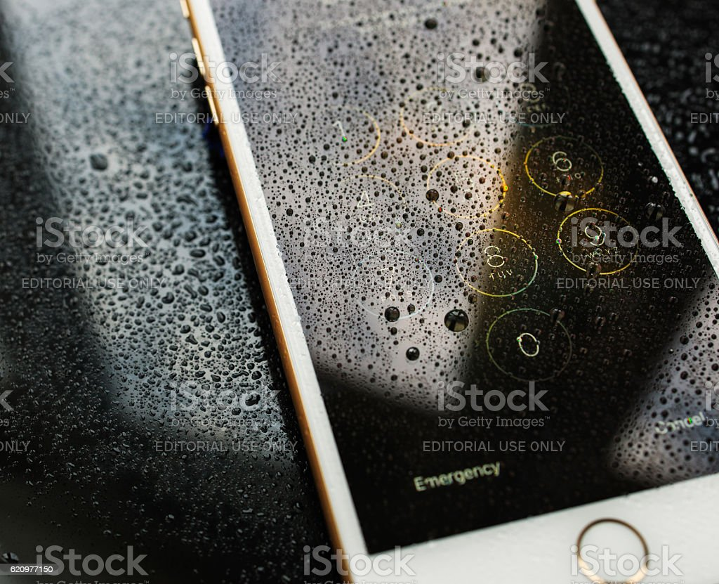 iPhone 7 Plus waterproof enter password passcode rain drosp foto royalty-free