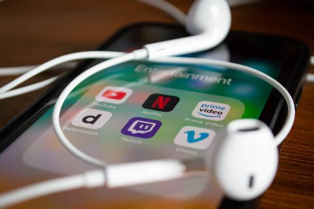 iphone 7 showing its screen with netflix and other video streaming applications. - brand name zdjęcia i obrazy z banku zdjęć