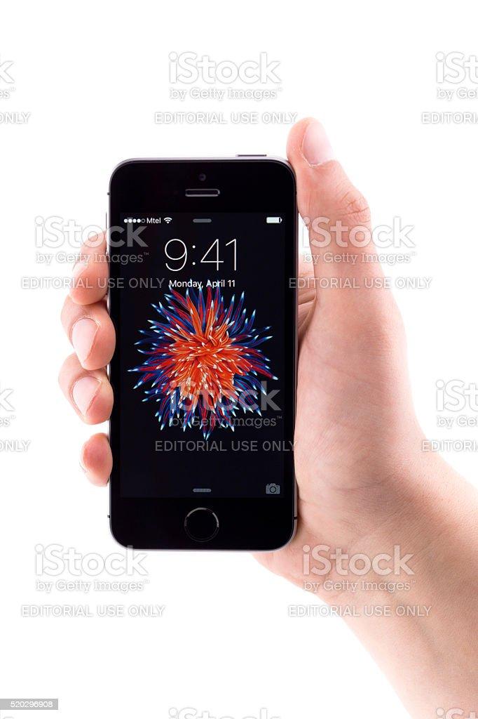 Iphone Se Su Sfondo Bianco Fotografie Stock E Altre Immagini Di