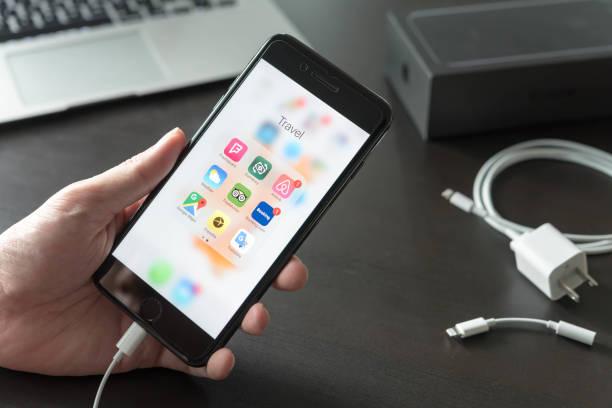 Serie negra Iphone7 Plus jet con viajar aplicación en pantalla - foto de stock