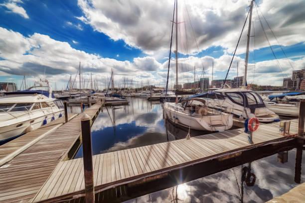 Beira-mar em um dia de primavera vibrante Marina de Ipswich - foto de acervo