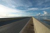 日の出直後に宮古島と伊良部島を結ぶ日本最長の無償橋「いらぶ橋」