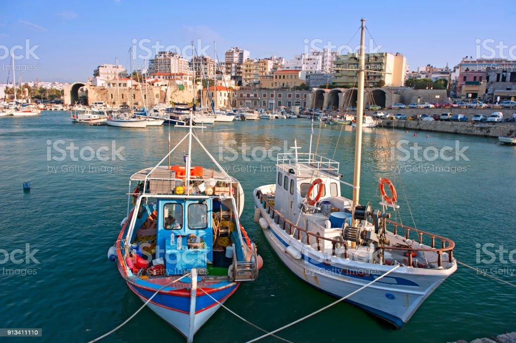 Porto de Iraklion, com barco de pesca tradicional - foto de acervo