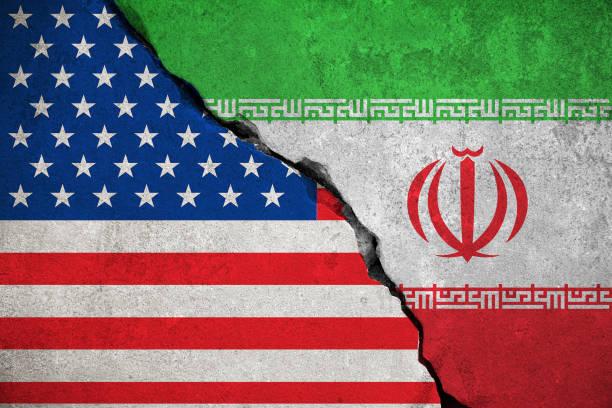 flagge der iranischen flagge an gebrochenen wand und halbe usa vereinigte staaten von amerika - iranische stock-fotos und bilder