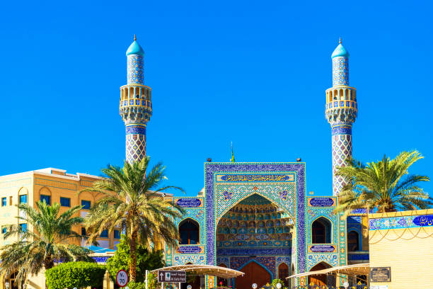 Iranische Moschee an der Stadtstraße, Dubai, Vereinigte Arabische Emirate. Isoliert auf blauem Hintergrund – Foto