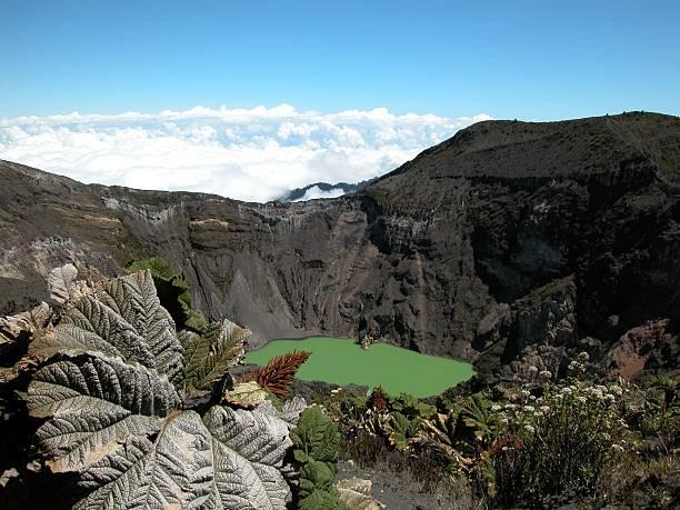 Irazu Volcano-Krater und Pflanzen über Wolken, Costa Rica – Foto