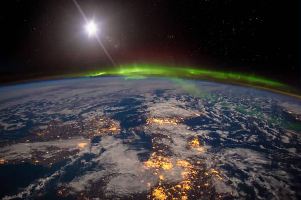 북아일랜드, 영국 그리고 스칸디나비아 놀라운 오로라에서 달 밤에. - 인공위성 뷰 뉴스 사진 이미지