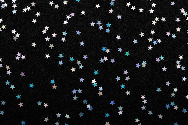 Schillernde Silber Sterne Konfetti auf schwarz Festliche Nonfeiertag Hintergrund Glühen funkelt. – Foto