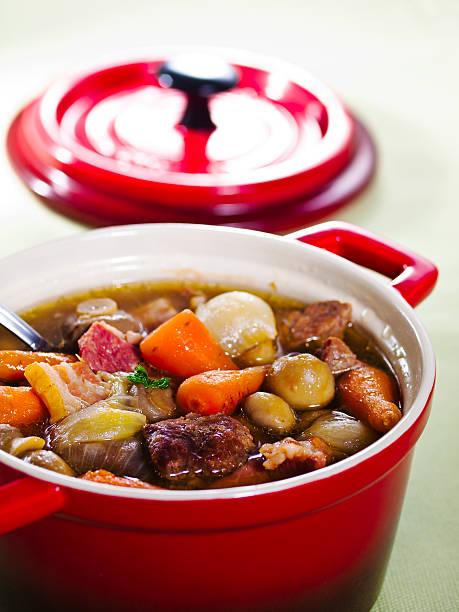 irisches rindfleisch-eintopf - perlzwiebeln stock-fotos und bilder