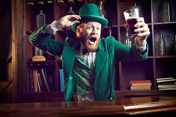 irischer charme/leprechaun feiern mit bier - bier kostüm stock-fotos und bilder