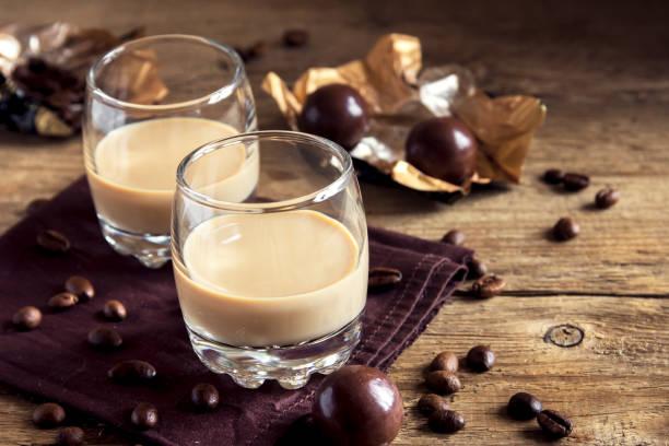 irish cream irish coffee - schokolikör stock-fotos und bilder