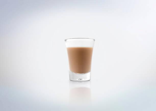 irische creme kaffee-likör. - schokolikör stock-fotos und bilder