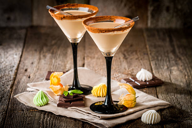 irish cream-likör in ein glas - schokolikör stock-fotos und bilder