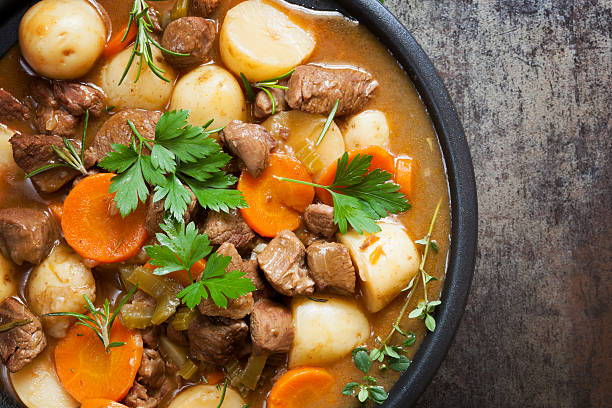 irish stew - meat pan stockfoto's en -beelden