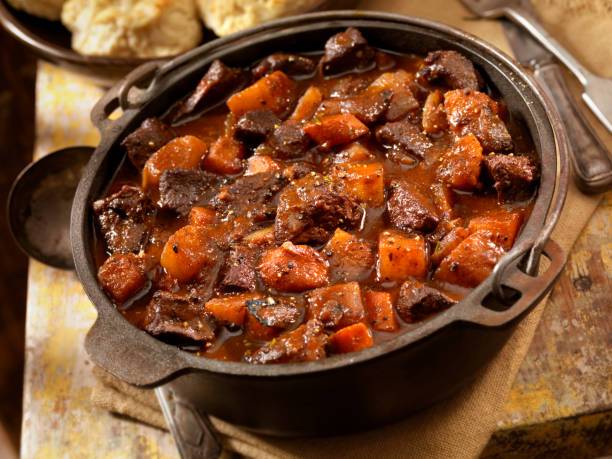 irish stew with biscuits - meat pan stockfoto's en -beelden