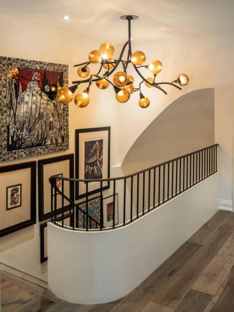 eisen und holz treppen in luxus-residenz - bild wandtreppe stock-fotos und bilder