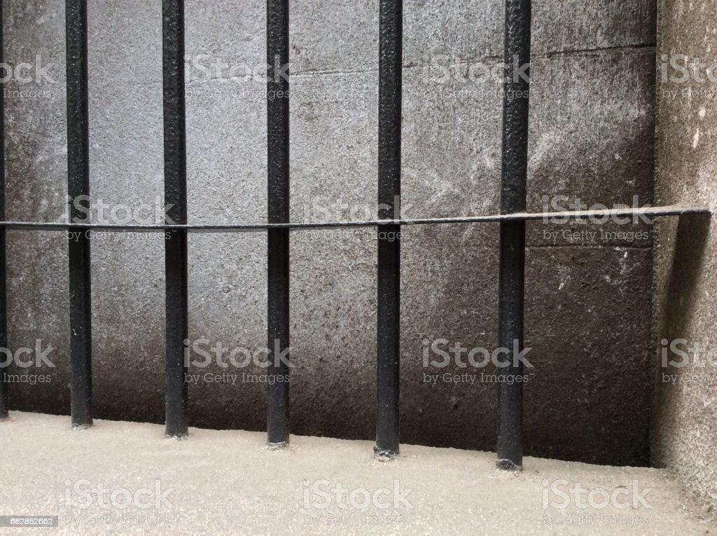 Eisenstangen auf Windows gegen grauem Beton Lizenzfreies stock-foto